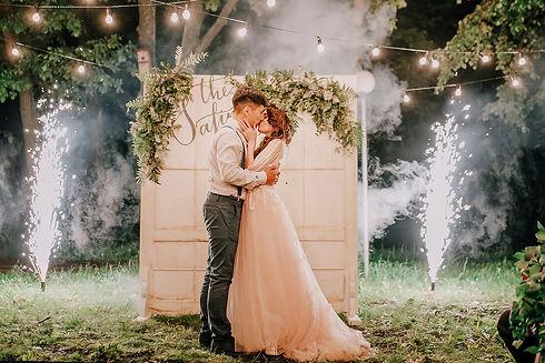 Рустик свадьба. Заверешние свадьбы салют, огни. Свадьба в натуральном стиле. Зеленая свадьба