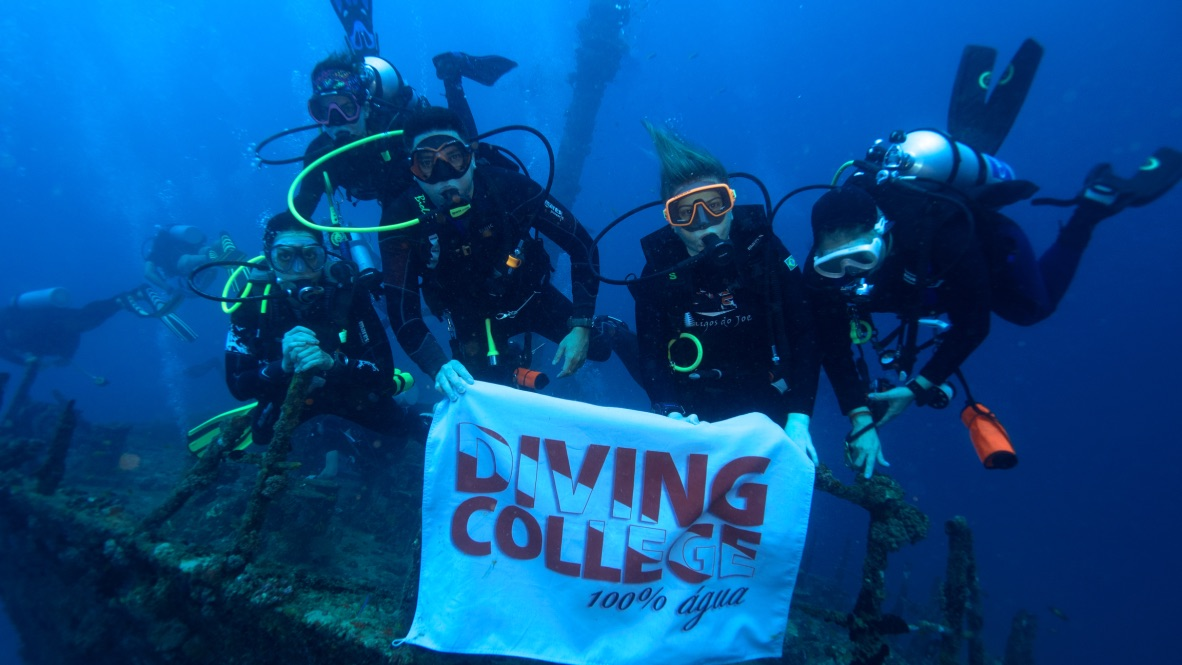 Galera Diving College Mergulhando