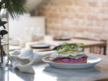 Tre typer akevitt og en sandwich med sild