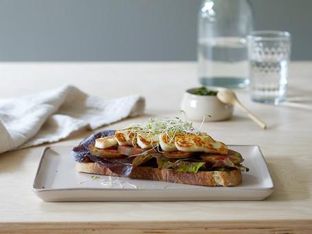 Sandwich med seiersløkpesto og halloumi fra Lofoten