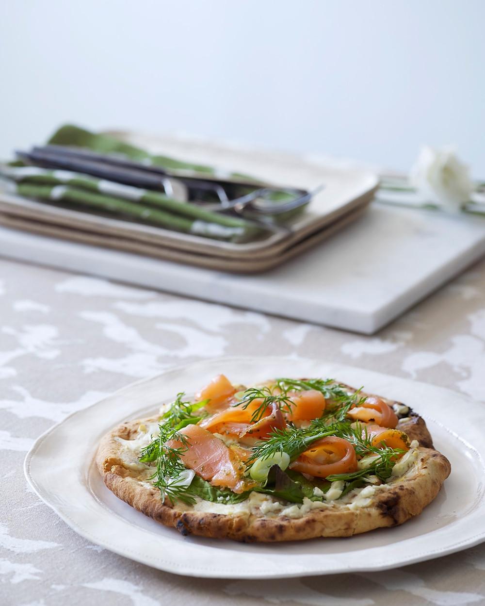 Naan pizza med kremost og røkelaks