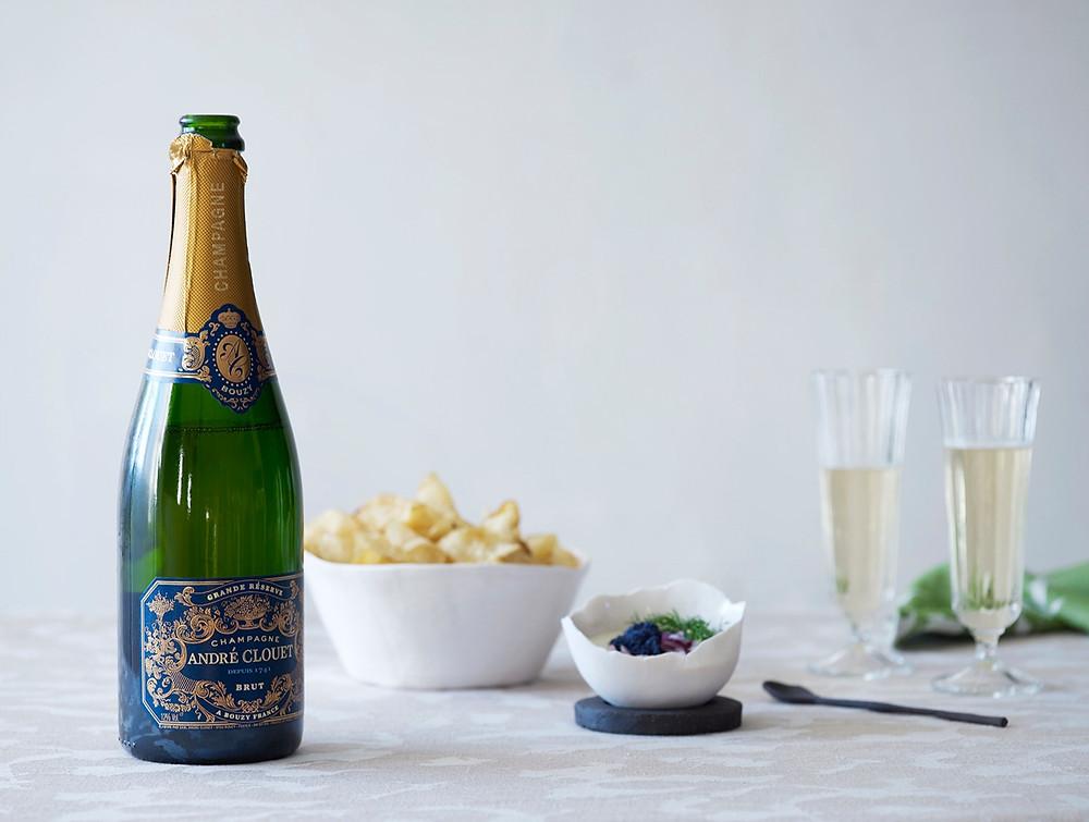 Champagne og forrett med creme fraiche og rogn