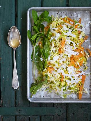 Salat med gulrot, kål og salvie