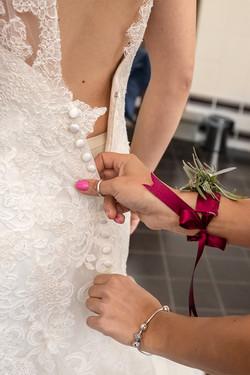 preparazione-sposa-dettaglio-bottoncini-