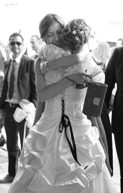 matrimonio-raffaella-e-vincenzo-sesto-fiorentino-firenze-bianco-e-nero-abbraccio-sposa