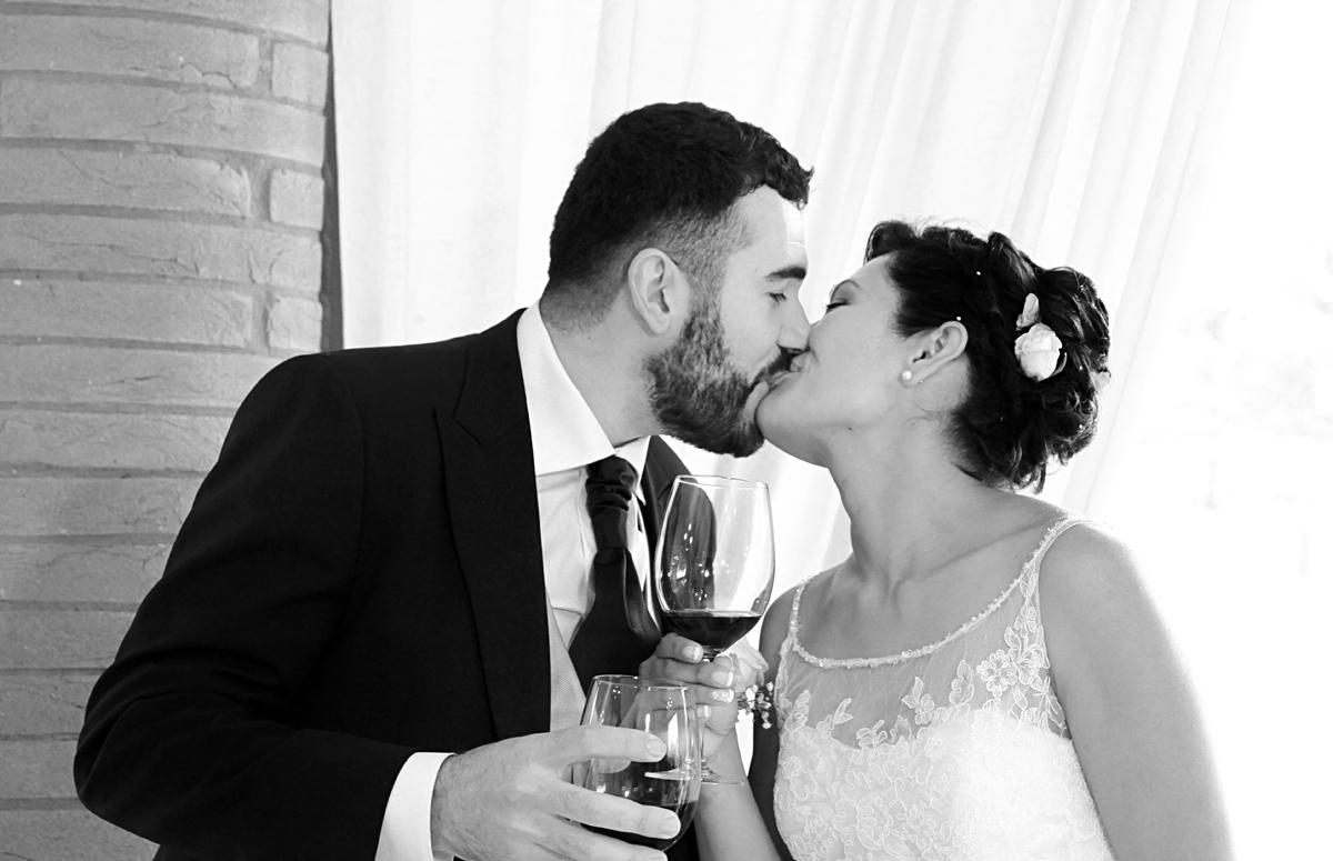 matrimonio-paulo-e-nichols-firenze-primavera-bacio-con-spumante