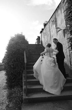 matrimonio-raffaella-e-vincenzo-sesto-fiorentino-firenze-bianco-e-nero-sposi-su-scala