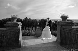 matrimonio-raffaella-e-vincenzo-sesto-fiorentino-firenze-bianco-e-nero-bacio-su-terrazzo