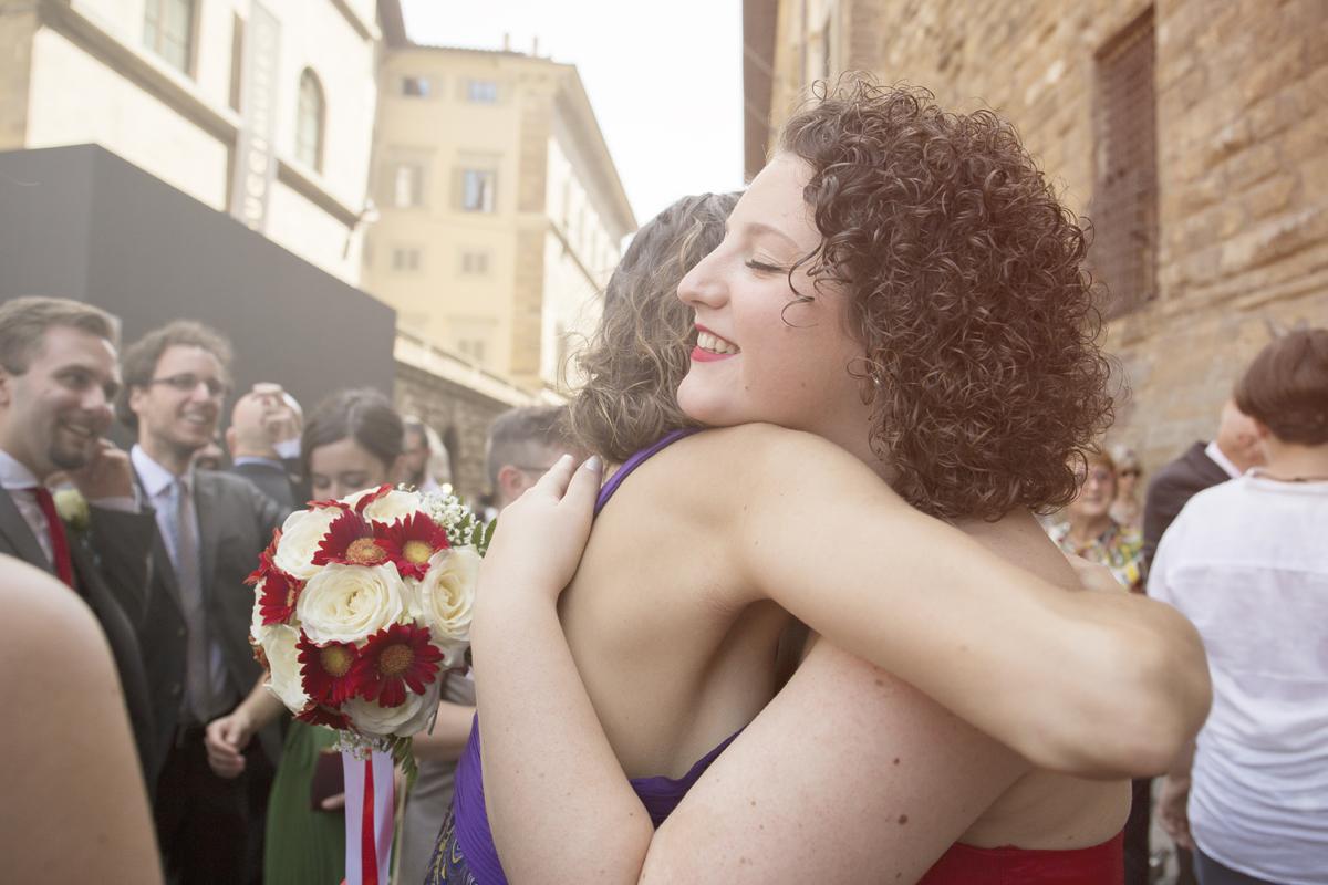 matrimonio-firenze-toscana-sala-rossa-palazzo-vecchio-martina-e-jacopo-abbraccio