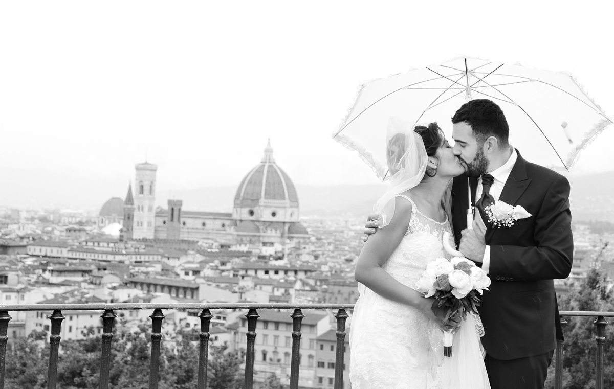 matrimonio-paulo-e-nichols-firenze-primavera-bacio-con-ambrello-pioggia