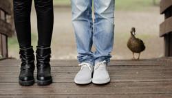 eva-e-paolo-servizio-fotografico-coppia-sesto-fiorentino-dettaglio-piedi-con-paperella