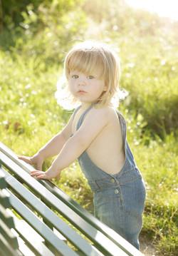 servizio-fotografico-bambino-firenze-bimbo-biondo-estate-jeans-contro-luce