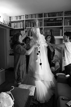 matrimonio-raffaella-e-vincenzo-sesto-fiorentino-firenze-bianco-e-nero-preparazione-vestito-sposa