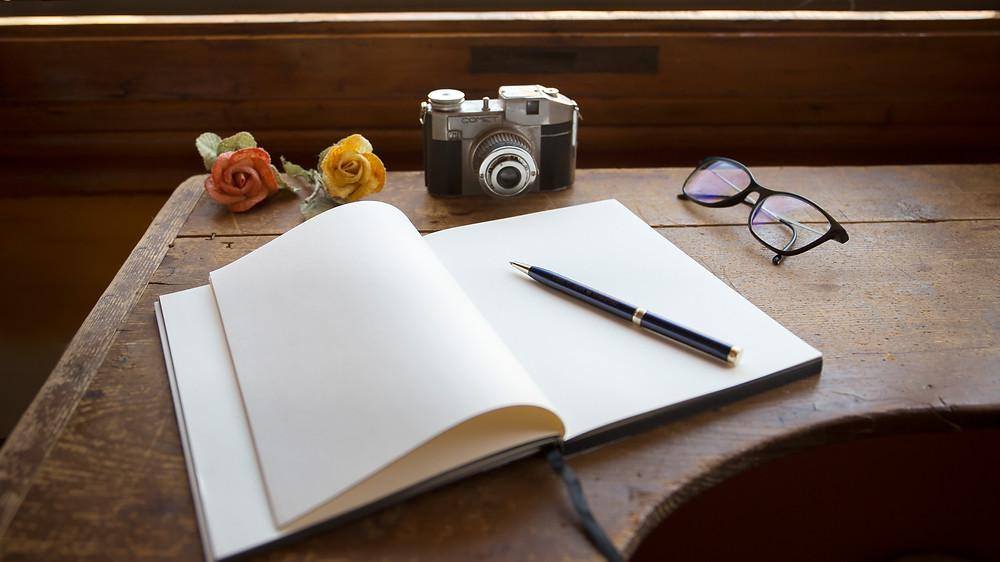 scrivania con quaderno aperto
