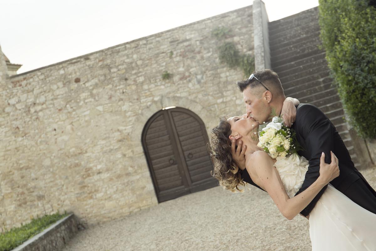matrimonio-cristina-e-matteo-toscana-castello-di-nipozzano-bacio-sposini