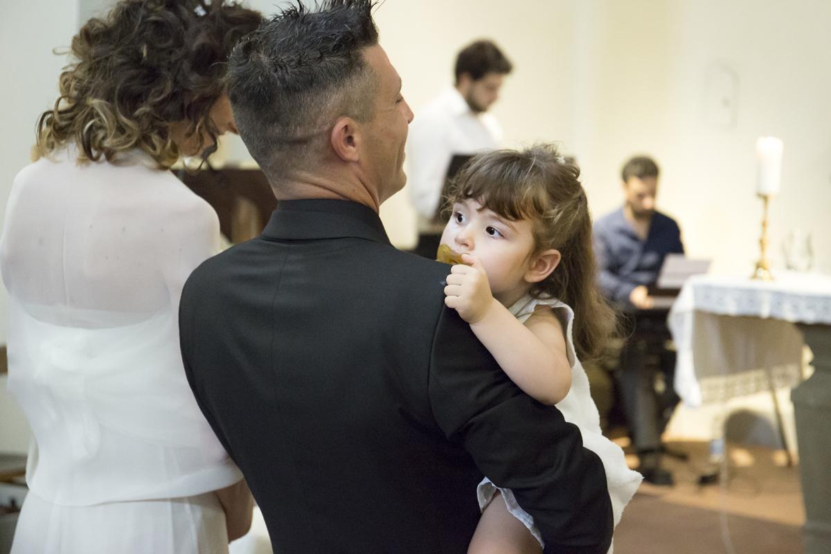 matrimonio-cristina-e-matteo-toscana-sposi-bambina-in-braccio