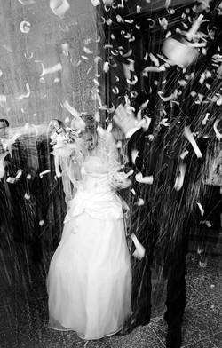 matrimonio-raffaella-e-vincenzo-sesto-fiorentino-firenze-bianco-e-nero-lancio-del-riso