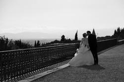 matrimonio-raffaella-e-vincenzo-sesto-fiorentino-firenze-bianco-e-nero-bacio-controluce