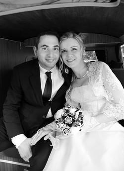 matrimonio-raffaella-e-vincenzo-sesto-fiorentino-firenze-bianco-e-nero-ritratto-sposi-in-auto