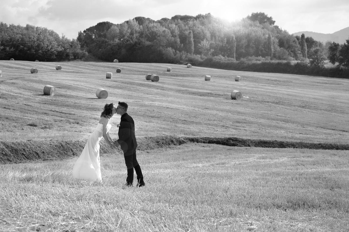 matrimonio-cristina-e-matteo-toscana-bacio-campo-di-grano