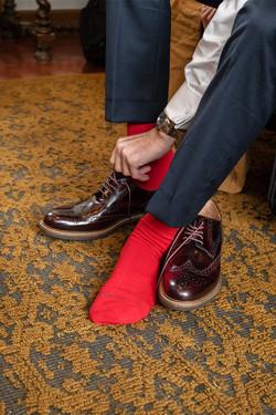 preparazione-sposo-calzini-rossi-scarpe-