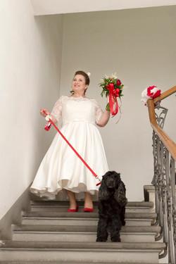 caludia-e-francesco-matrimonio-toscana-scale-sposa-cagnolino