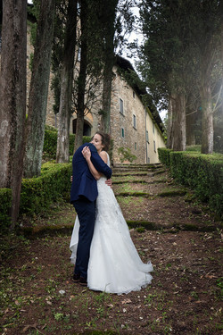sposi-abbracciati-giardino