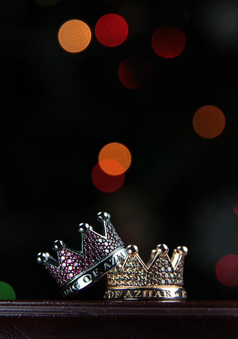 anelli-a-forma-di-corona-con-lucine-sullo-sfondo