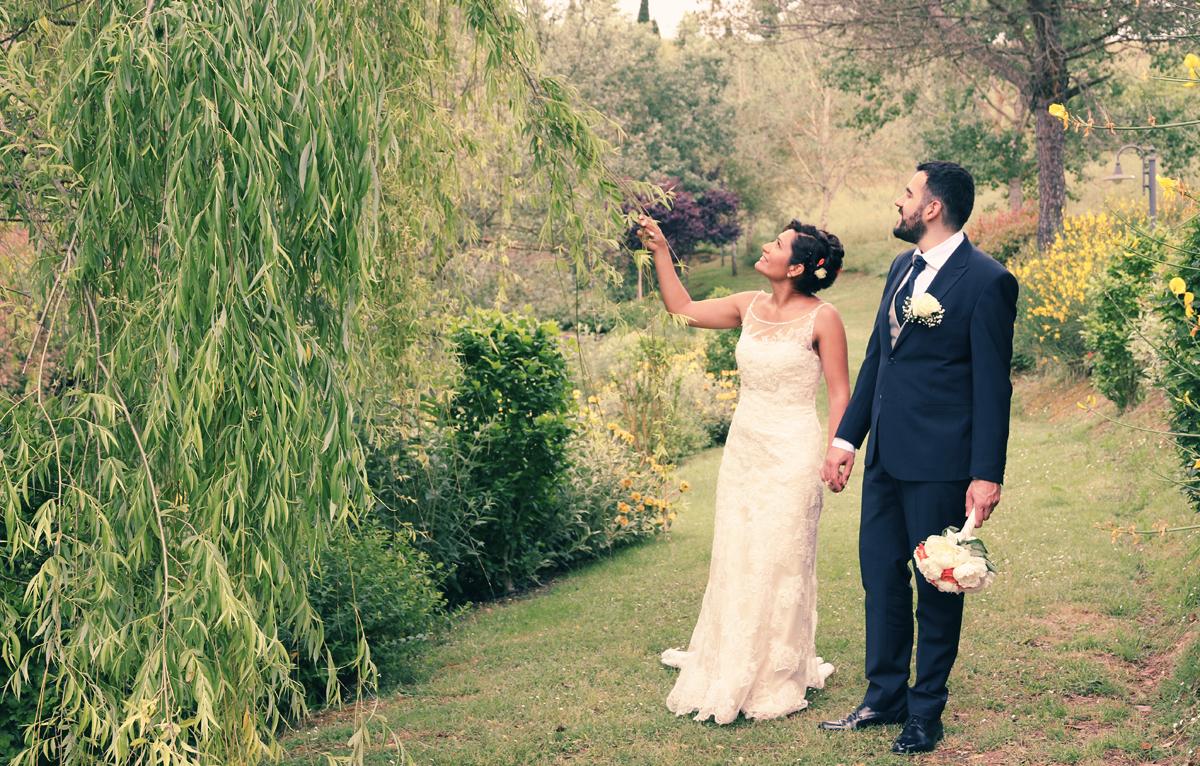matrimonio-paulo-e-nichols-firenze-primavera-passeggiata-sposi-lungo-il-lago