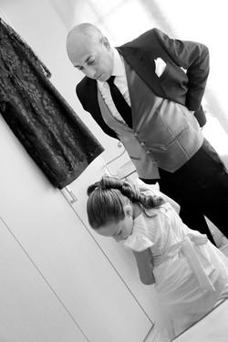matrimonio-toscana-elena-e-sandro-toscana-pelago-preparazione-sposo-e-bambina