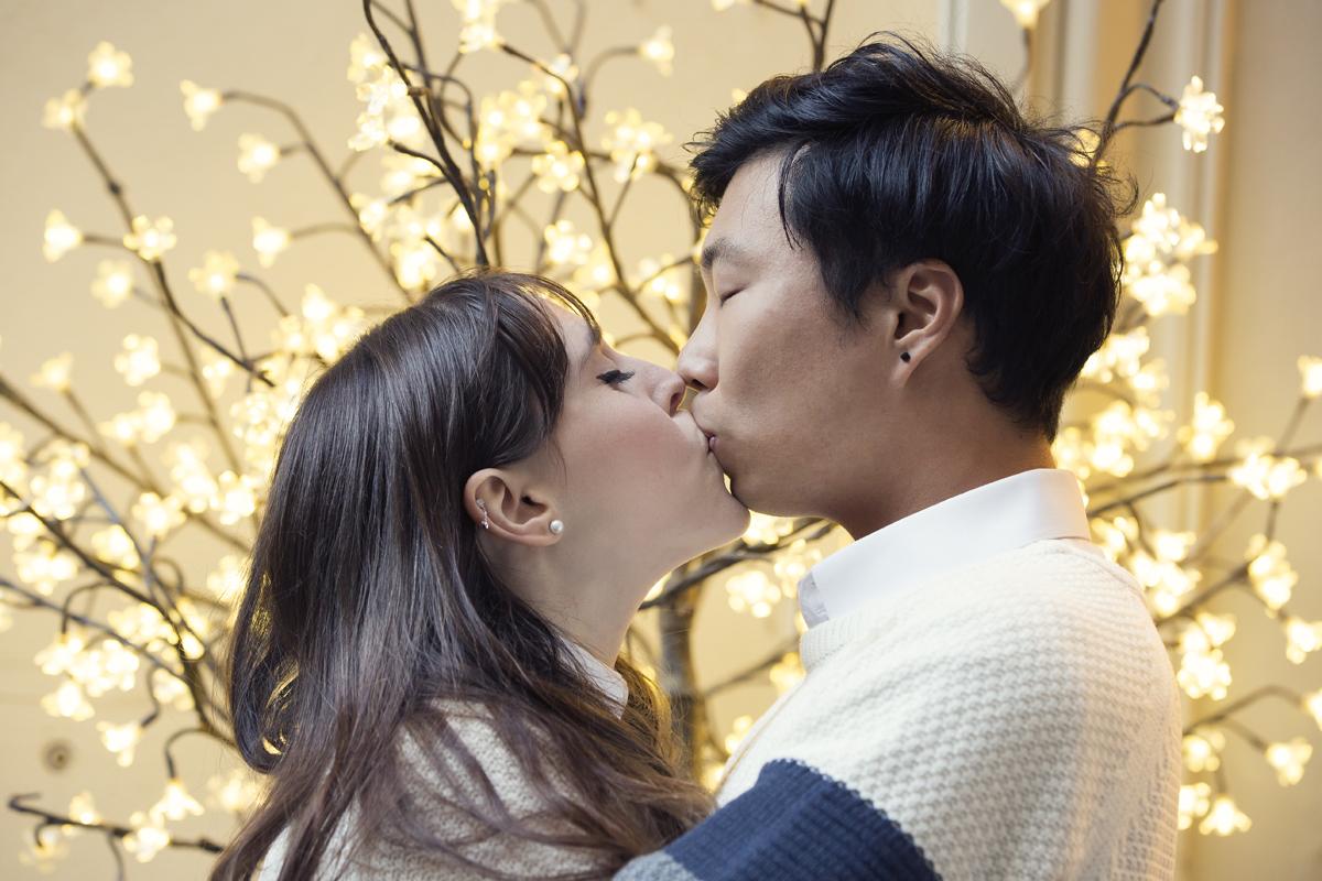 servizio-fotografico-coppia-bacio-lucine-di-natale