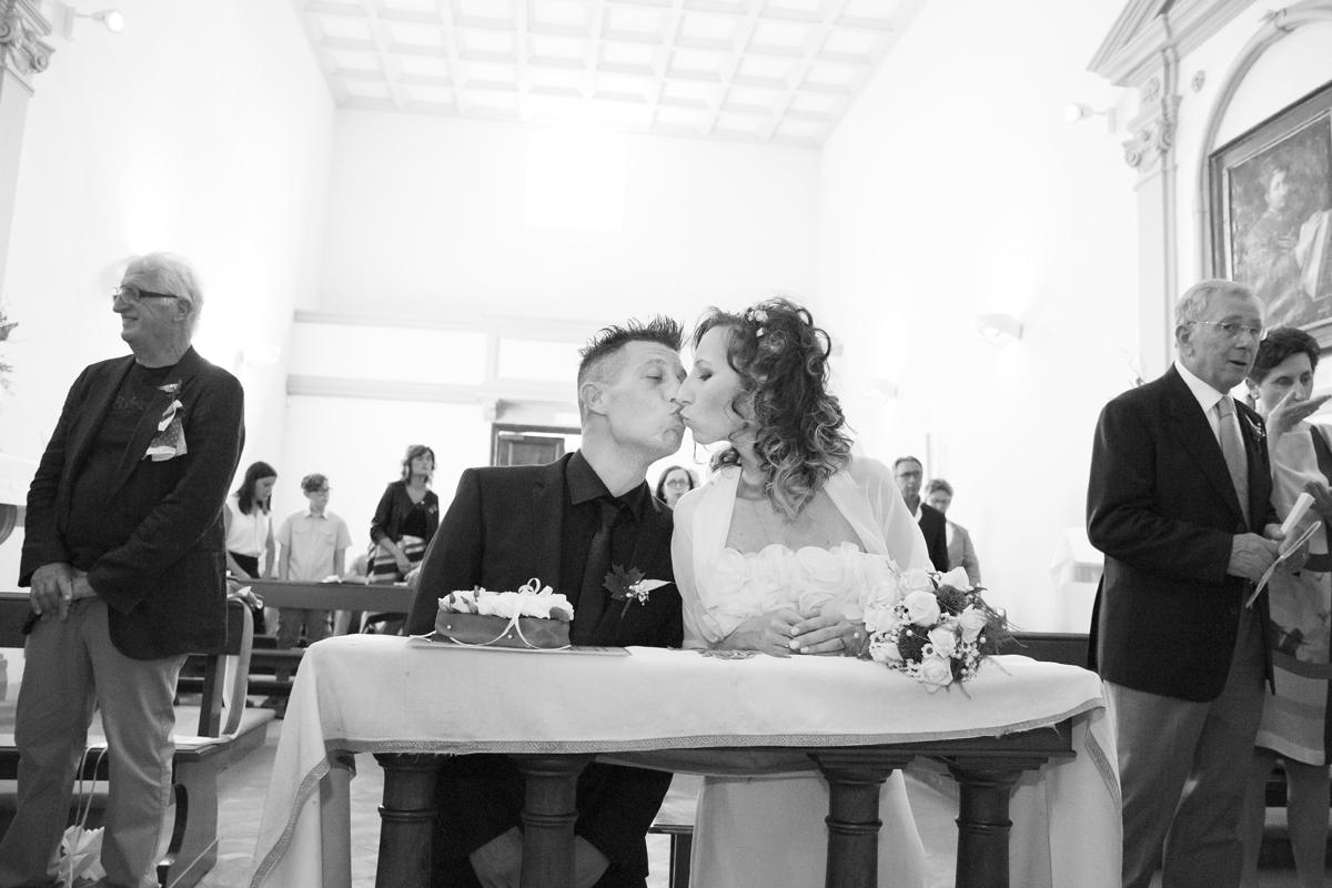 matrimonio-cristina-e-matteo-toscana-bacio-in-chiesa