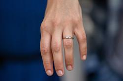 mano-donna-anello-di-fidanzamento