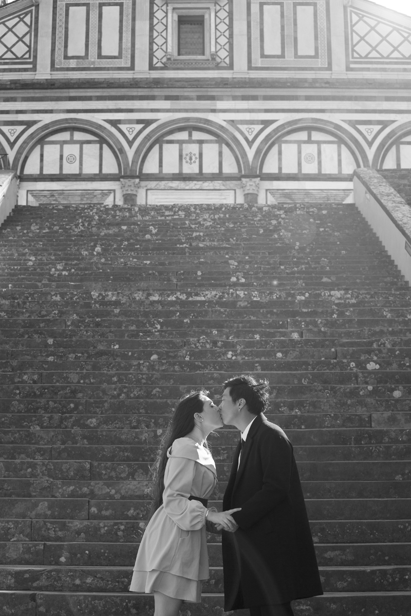 servizio-fotografico-coppia-chiesa-san-miniato-bacio-bianco-e-nero