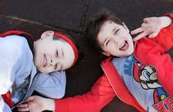 servizio-fotografico-fratelli-firenze-bambini-pace-felpa-rossa
