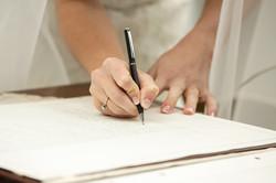 mani-sposa-che-firmano