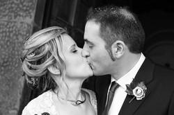 matrimonio-raffaella-e-vincenzo-sesto-fiorentino-firenze-bianco-e-nero-bacio-sposi-riso