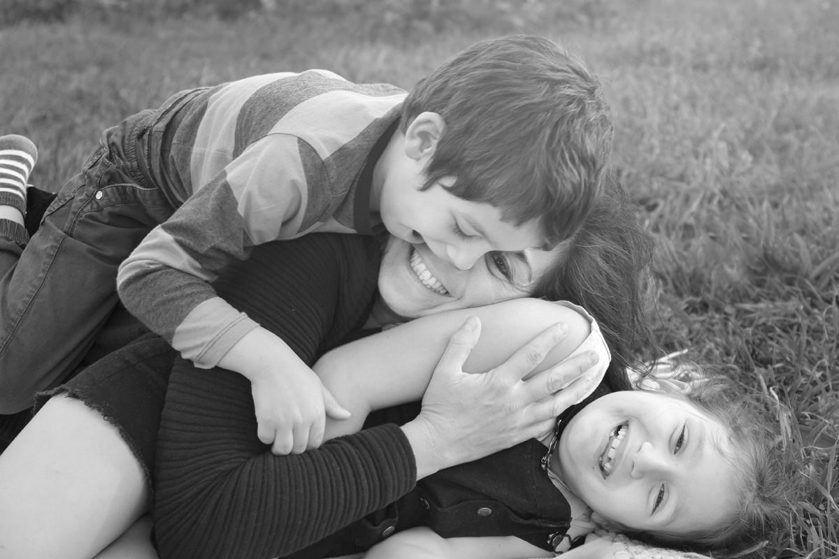 servizio-fotografico-famiglia-in esterna-firenze-bimbi-abbraccio-mamma