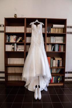 vestito-da-sposa-appeso-ad-una-libreria.