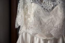 caludia-e-francesco-matrimonio-toscana-dettaglio-vestito-sposa-pizzo