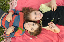 servizio-fotografico-famiglia-in esterna-firenze-bimbi-sul-prato-coperta