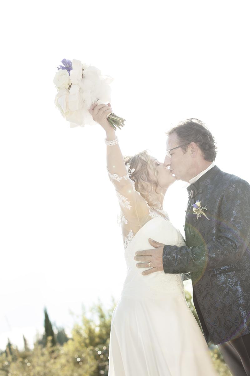 matrimonio-maura-e-giancarlo-castelfiorentino-toscana-bacio-controluce