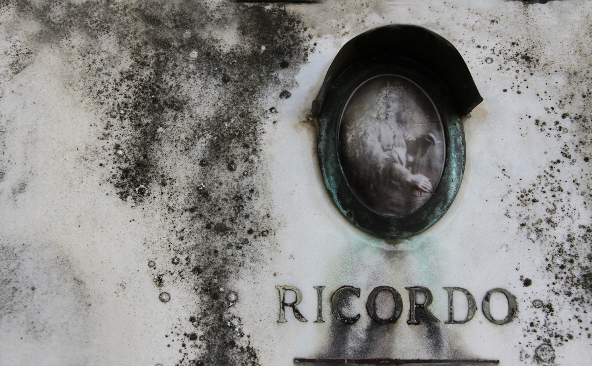 tomba-lapide-cimitero-abbandono-ricordo.