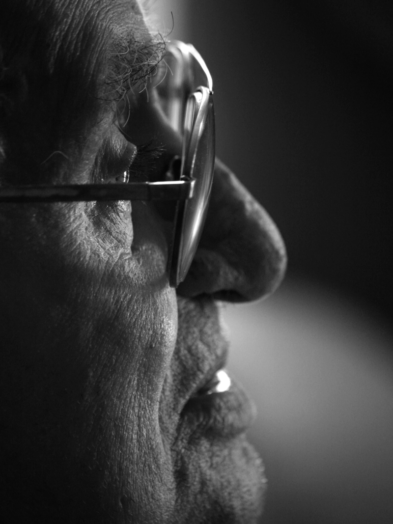 profilo-uomo-anziano-con-occhiali