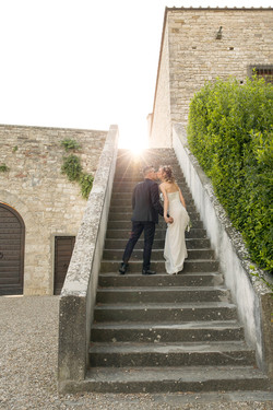 matrimonio-cristina-e-matteo-toscana-bacio-sulle-scale