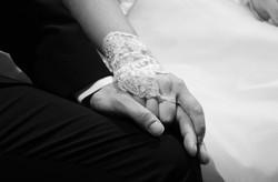 matrimonio-raffaella-e-vincenzo-sesto-fiorentino-firenze-bianco-e-nero-mani-sposi