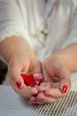 caludia-e-francesco-matrimonio-toscana-mani-sposa-orecchini-cuore