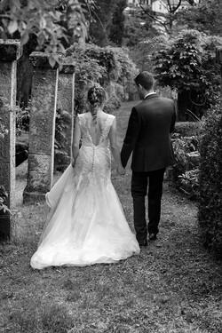 sposi-che-camminano-di-spalle