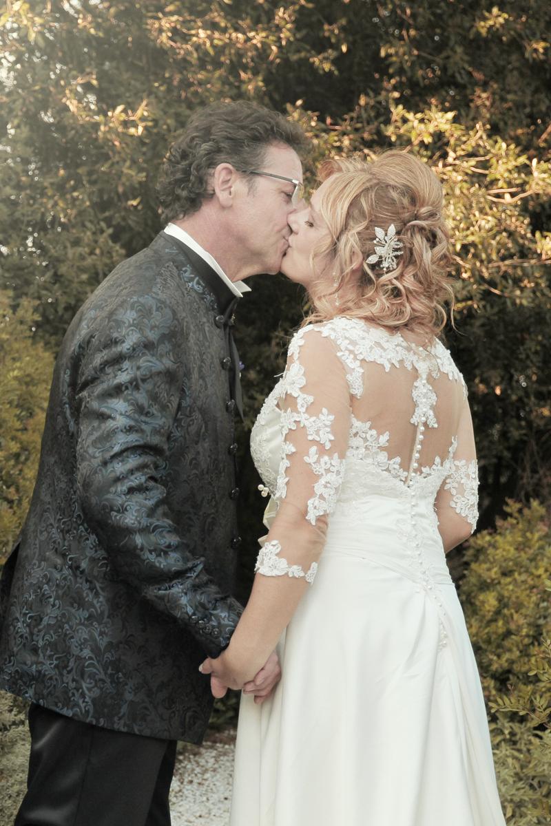matrimonio-maura-e-giancarlo-castelfiorentino-toscana-bacio-fine-estate