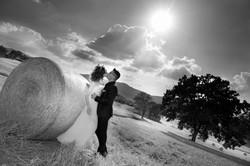 matrimonio-cristina-e-matteo-toscana-balla-di-grano-bacio